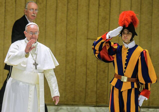le Pape et un soldat de la Garde suisse