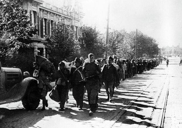 Prisonniers de guerre japonais dans les rues de Harbin (1945)