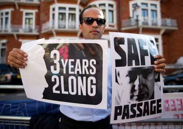Un défenseur de Julian Assange près de l'ambassade de l'Équateur