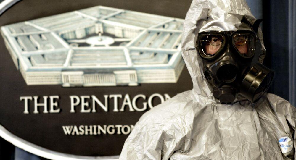 Un militaire américain en costume de protection