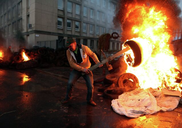France: du gaz lacrymogène contre des agriculteurs en colère