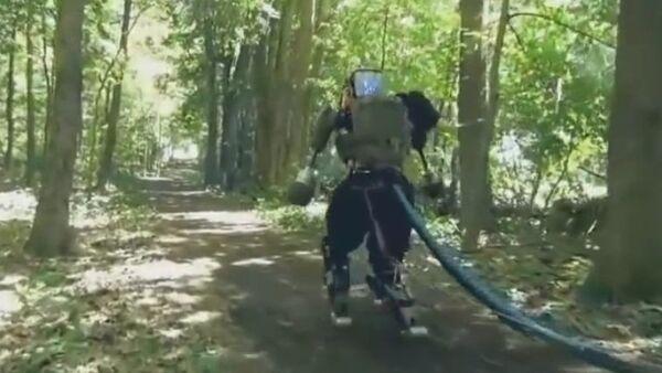 Boston Dynamics teste son robot humanoïde en forêt - Sputnik France