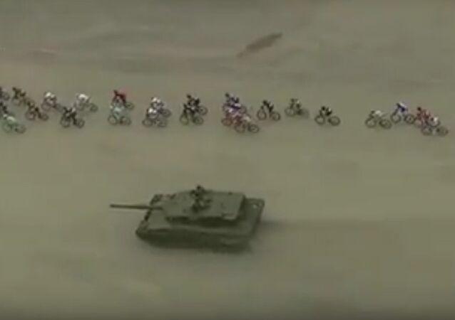 Norvège: des cyclistes dépassés par un char