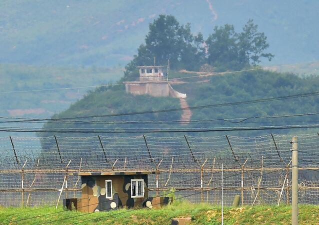 Postes de contrôle nord-coréens (en haut) et sud-coréens (en bas)