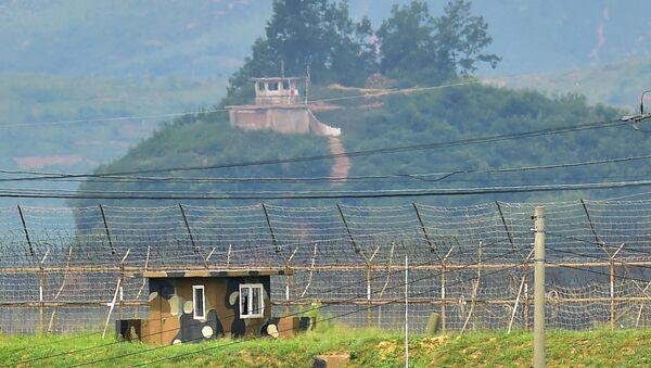 Postes de contrôle nord-coréens (en haut) et sud-coréens (en bas) - Sputnik France