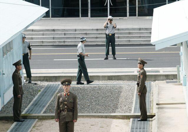 Des soldats nord-coréens et sud-coréens dans le village frontalier démilitarisé de Panmunjom