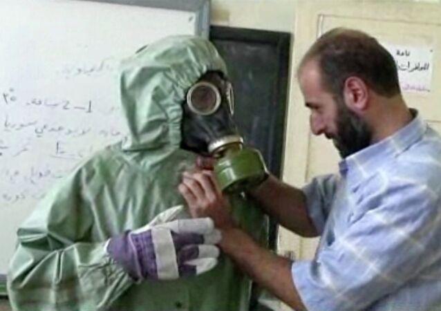 un bénévole portant une masques à gaz apprennent comment réagir face à une attaque chimique, Alep, Syrie