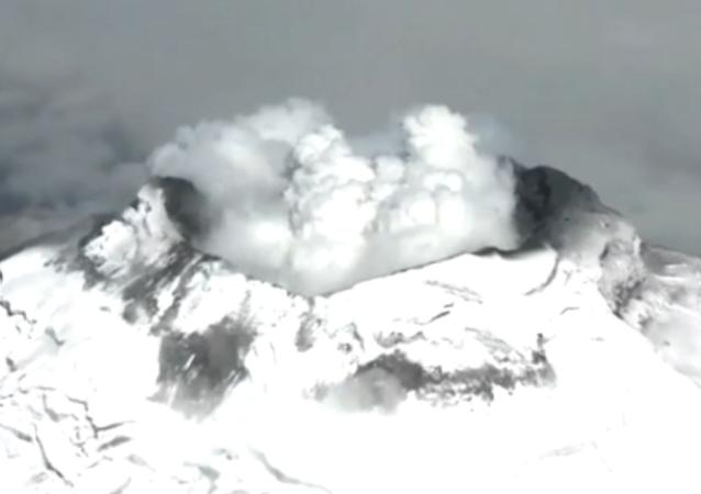 Equateur: belles images aériennes de l'éruption du volcan Cotopaxi