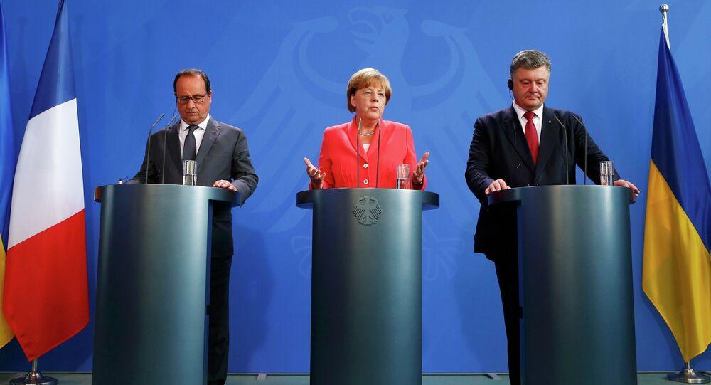 Le président français François Hollande, le président ukrainien Piotr Porochenko et la chancelière allemande Angela Merkel