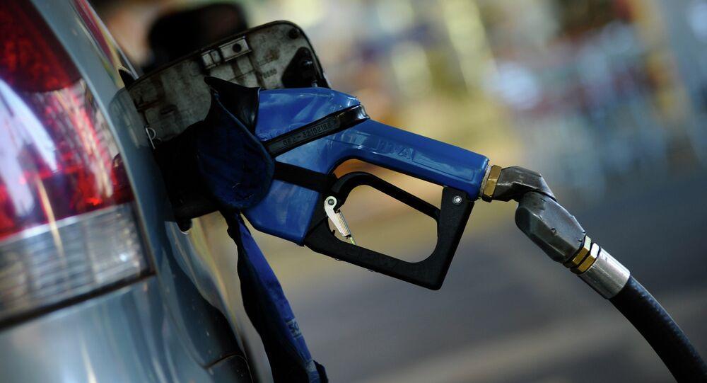 Pistola de abastecimiento en una gasolinera
