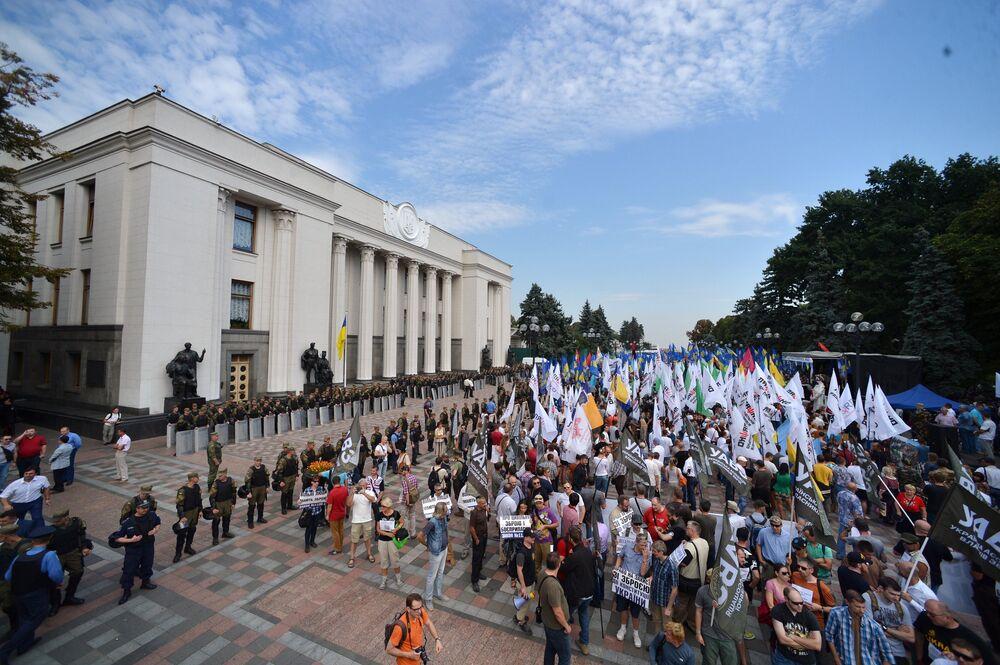 Ukraine: violentes manifestations devant le Parlement