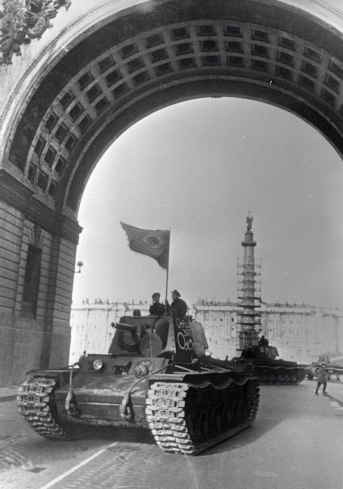 Blocus de Leningrad. Des chars partent au front depuis la place du Palais