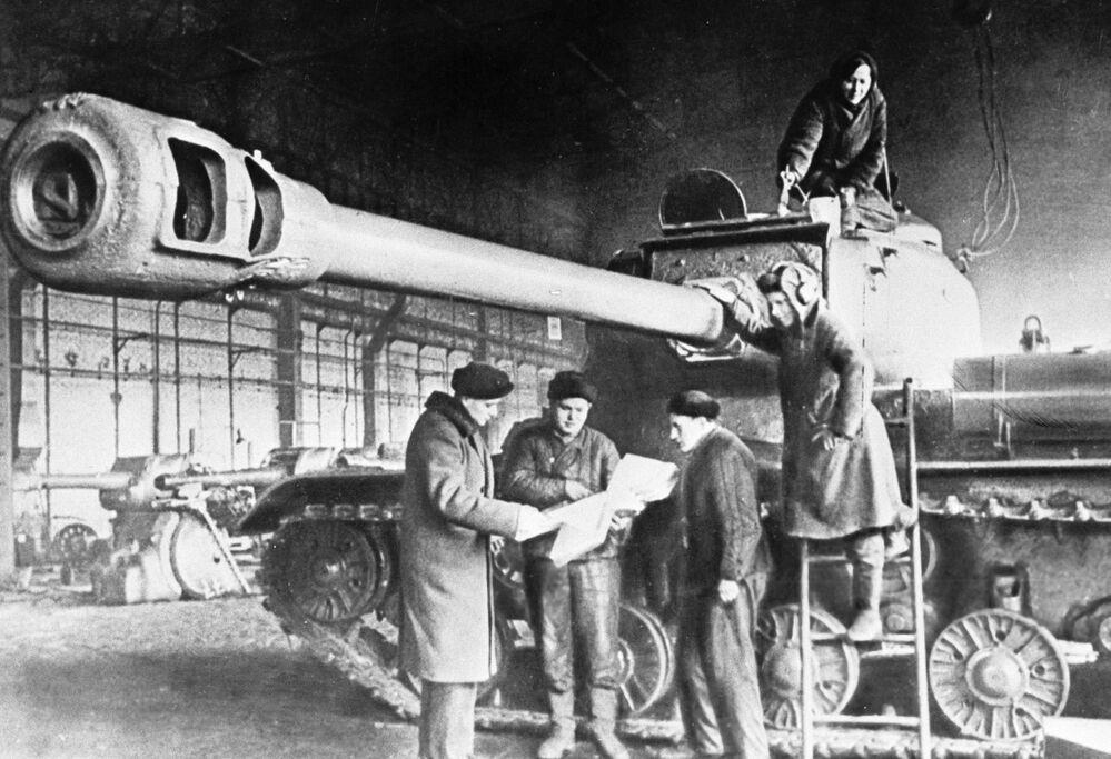 Des ouvriers préparent le char lourd IS pour partir au front