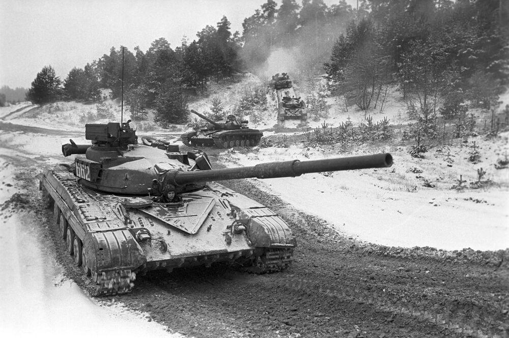 Les chars soviétiques T-64 à l'exercice