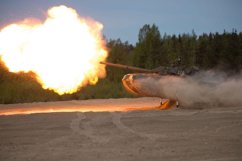 Le char T-80 pendant la Course des héros sur le polygone Pessotchinki dans la région de Saint-Pétersbourg
