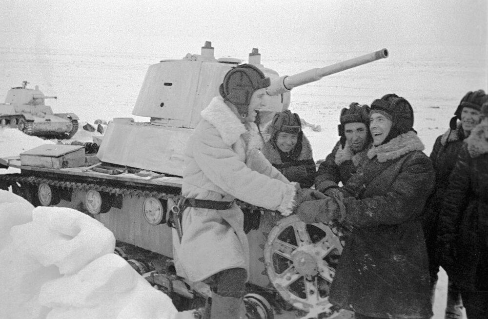 L'équipage du char T-26 se repose entre les batailles