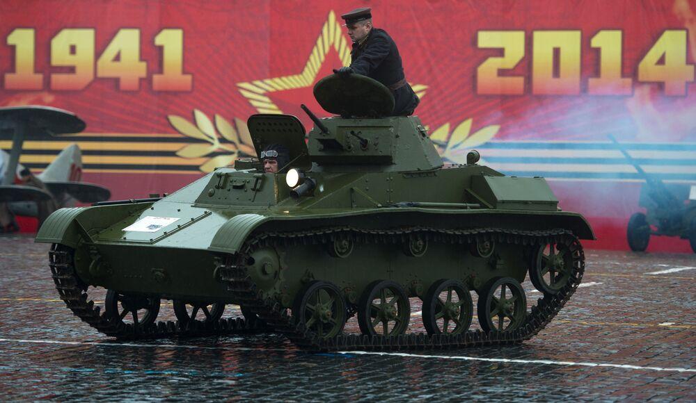 Le char léger soviétique T-60 pendant une marche solennelle consacrée au défilé légendaire du 7 novembre 1941, sur la place Rouge à Moscou