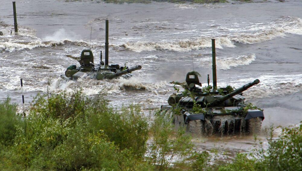 Des chars T-72 franchissent un obstacle d'eau pendant des exercices en Biélorussie