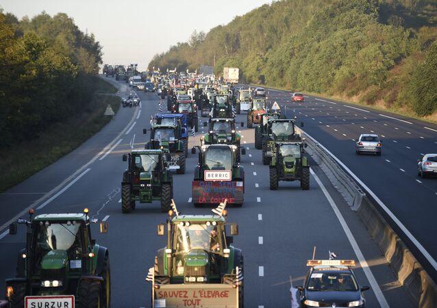 Les tracteurs affluent vers Paris pour la manifestation