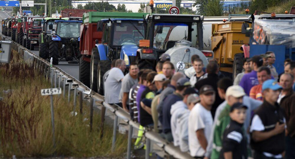 Les agriculteurs en colère ont barré une autoroute à l'ouest de la France