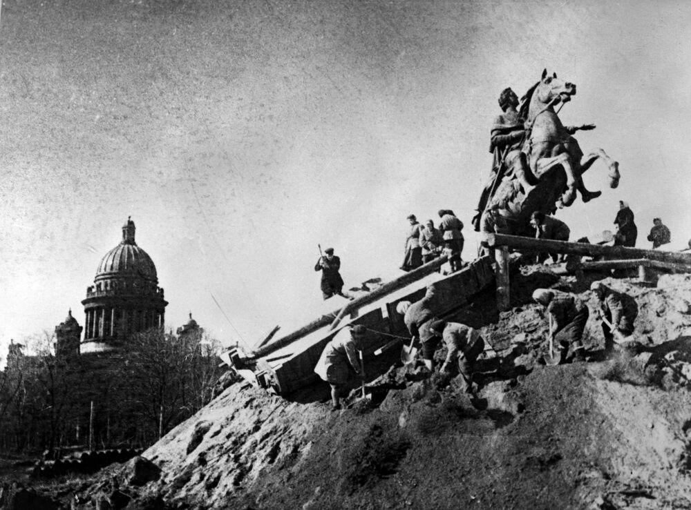 Les travaux de conservation des monuments dans la ville assiégée de Léningrad. Monument au Pierre le Grand (Chevalier de bronze) sur la place des Décabristes