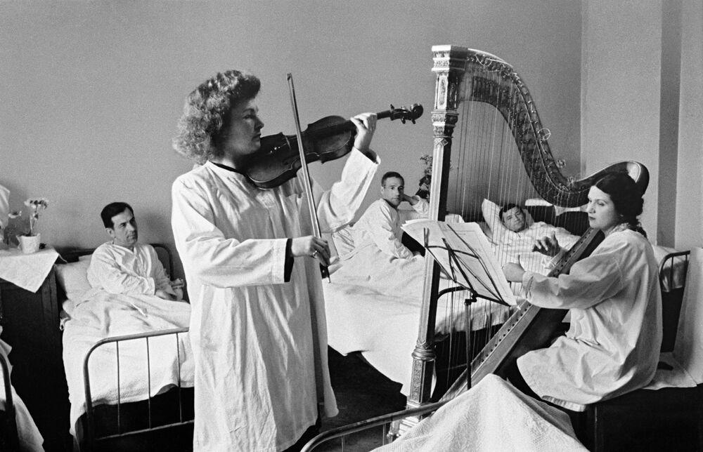 La soliste du conservatoire de Moscou Galina Barinova donne un concert à l'hôpital pour les combattants blessés de l'Armée rouge. Leningrad, 1943
