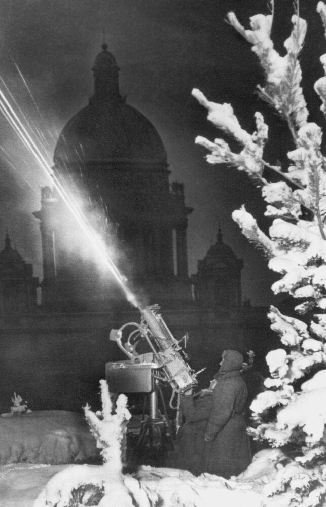 Une unité de défense antiaérienne déployée près de la cathédrale Saint-Isaac pendant le blocus de Léningrad