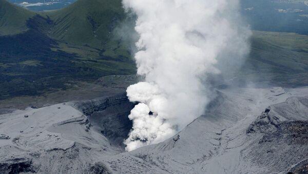 Eruption du volcan Aso, dans le sud du Japon (14 septembre 2015) - Sputnik France