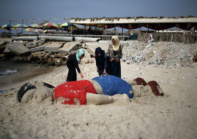 Sculpture de sable représentant le garçon syrien Aylan Kurdi, Gaza