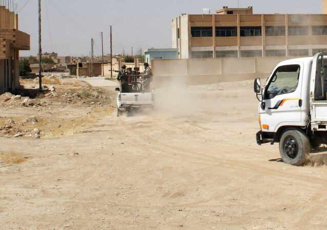 Des militaires syriens dans une rue de la ville d'Hassaké (est de la Syrie)
