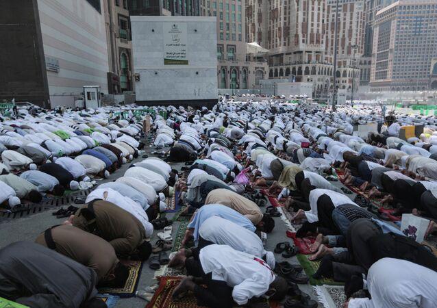 Des pèlerins priant à La Mecque