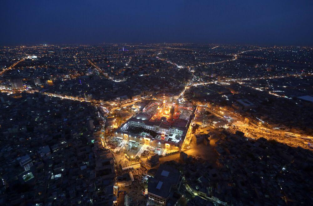 La mosquée Al-Kadhimiya est un sanctuaire chiite situé dans la banlieue de Bagdad