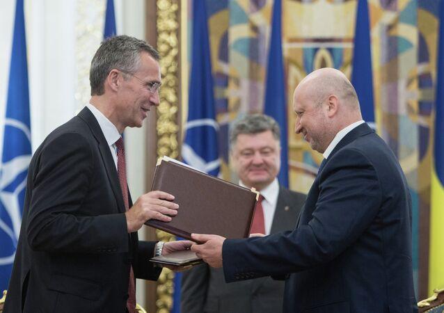 Alexandre Tourtchinov et Jens Stoltenberg ont signé le document prévoyant le renforcement des relations dans le domaine des communications stratégiques.