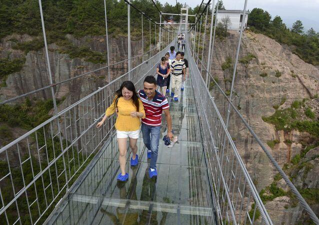 Chine: un pont de verre perché à 300m de haut