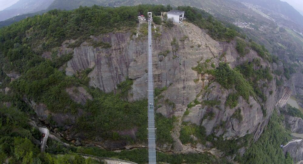 Chine: pont de verre perché à 300m de haut