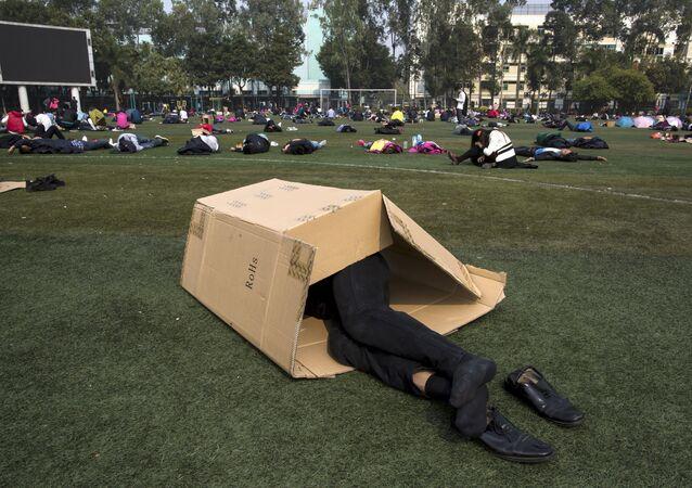 Homme dans une boîte, image d'illustration