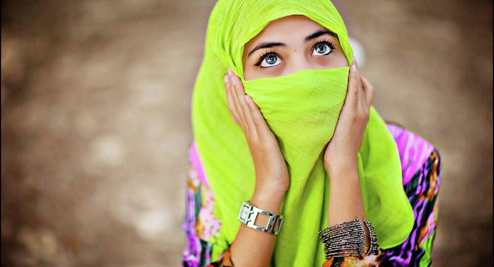Une jeune fille portant un voile