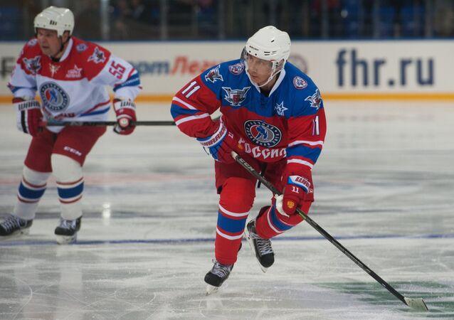 Le président russe fait du hockey sur glace