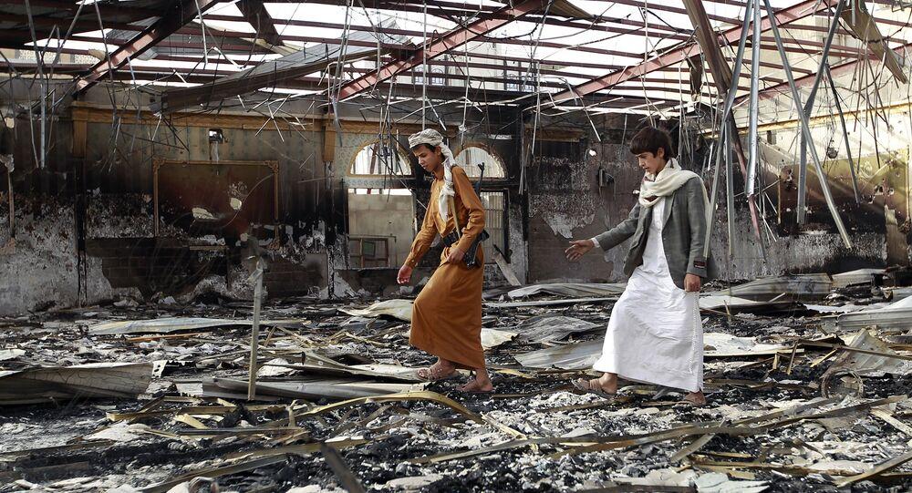 Sur le débris du hall de mariage après le raid meurtrier au Yémen, juillet, 10, 2015