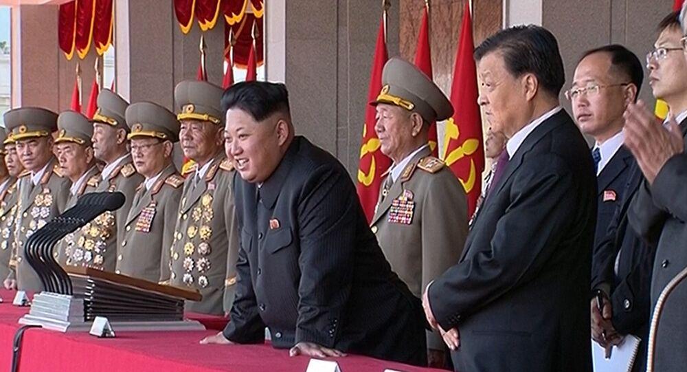 Le numéro un de la Corée du Nord, Kim Jong-Un, préside le parade à Pyongyang à l'occasion du 70e anniversaire du parti, Oct. 10, 2015