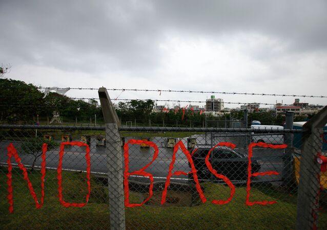 Un slogan contre la base US,Okinawa