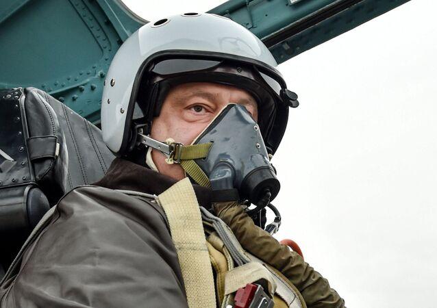 Le président ukrainien Piotr Porochenko aux commandes d'un Su-27