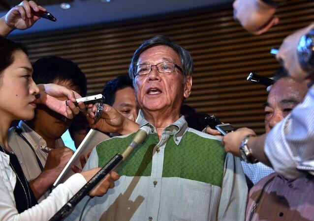 Le gouverneur d'Okinawa Takeshi Onaga entouré de journalistes. 7 août 2015