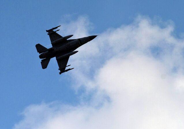 Un avion de chasse turc vole au-dessus de la base aérienne d'Incirlik, dans le sud de la Turquie