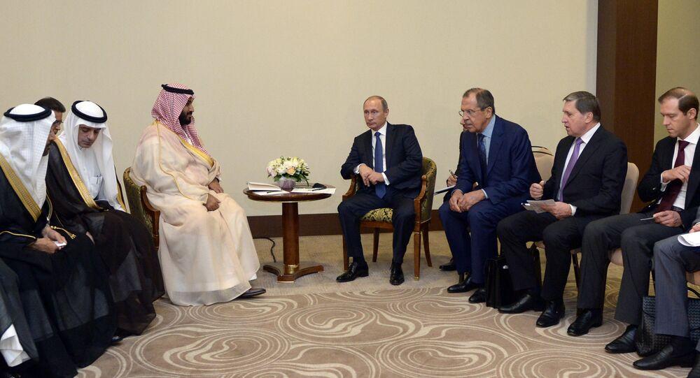 Rencontre entre Vladimir Poutine (au centre, à droite) et Mohammed ben Salmane (au centre, à gauche)