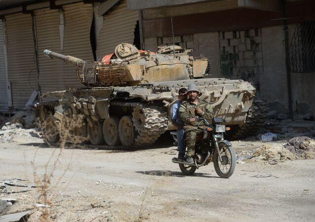 Des soldats syriens investissent Darayya, dans la banlieue de Damas