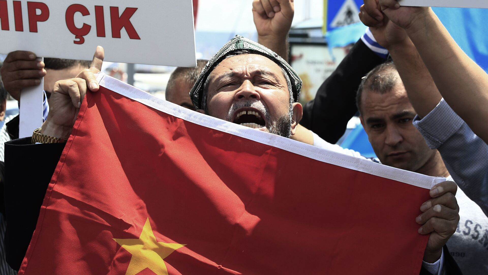 Uighurs living in Turkey and Turkish supporters, chant slogans as they hold a Chinese flag before burning it during a protest near China's consulate in Istanbul, Sunday, July 5, 2015.  - Sputnik France, 1920, 13.09.2021