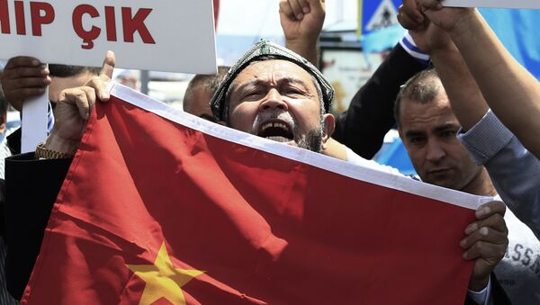 Uighurs living in Turkey and Turkish supporters, chant slogans as they hold a Chinese flag before burning it during a protest near China's consulate in Istanbul, Sunday, July 5, 2015.  - Sputnik France