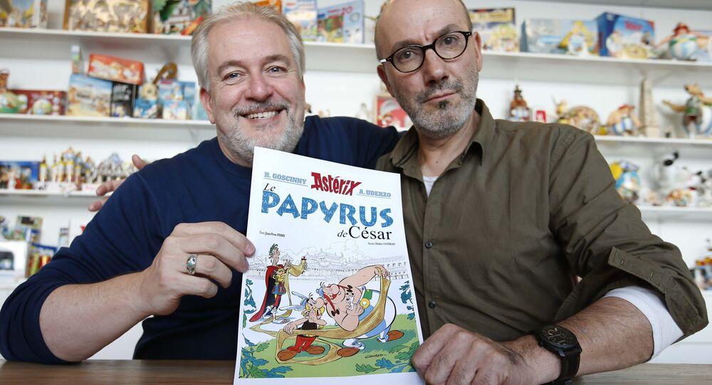 Auteur Jean-Yves Ferri (D) et illustrateur Didier Conrad (G) avec l'album des  nouvelles aventures d'Astérix
