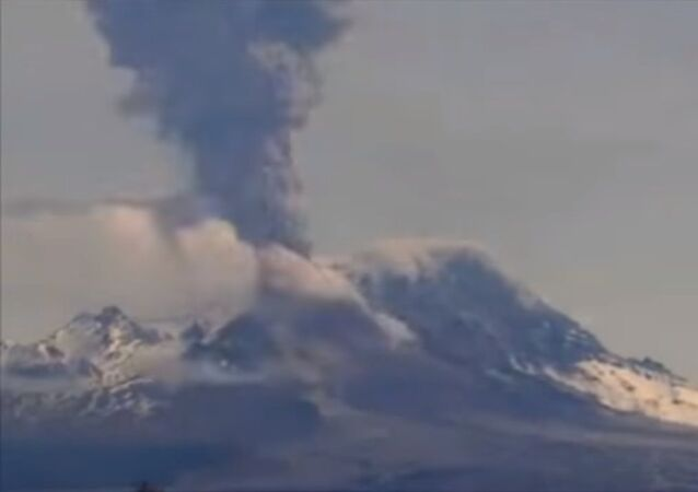 Le volcan Chiveloutch crache des cendres